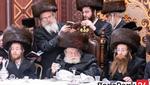 Toldos Avrhom Yitzchok Rebbe Spends Shabbos with Hundreds of Chasidim in Ateres Golda Hall
